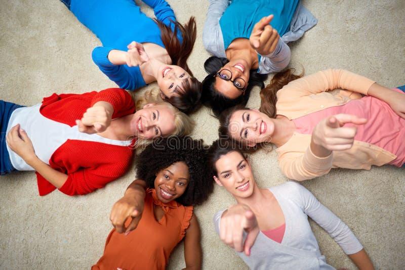 Internationale groep gelukkige glimlachende vrouwen stock fotografie
