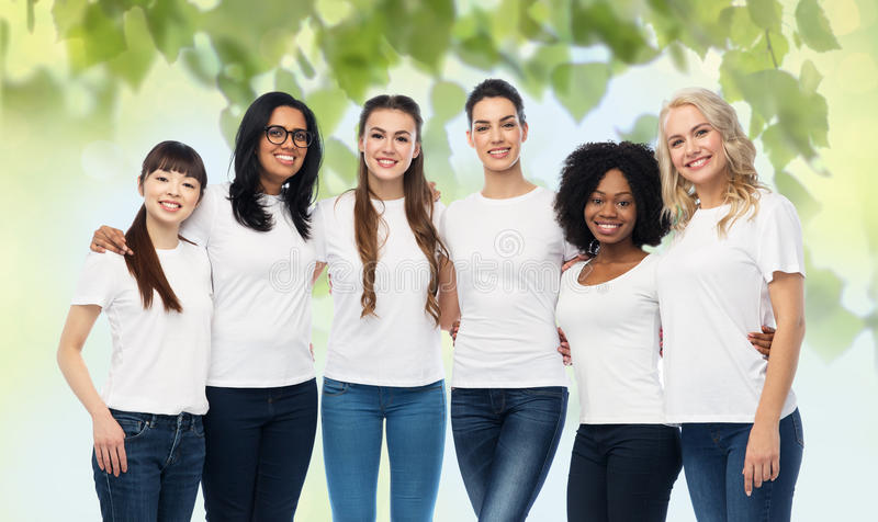 Internationale groep het vrijwilligersvrouwen koesteren royalty-vrije stock foto
