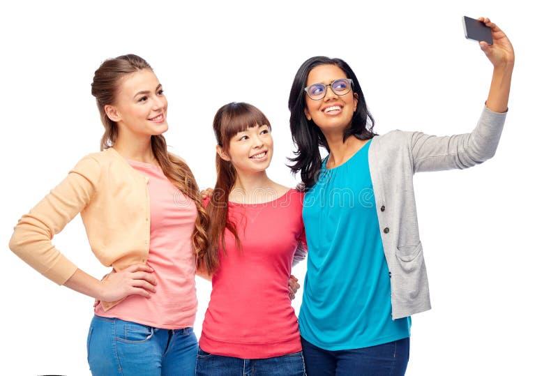 Internationale Gruppe glückliche Frauen, die selfie nehmen lizenzfreie stockfotos