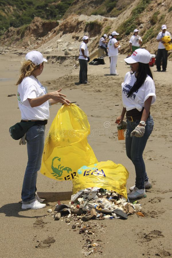 Internationale Küstenreinigungstagestätigkeit in La Guaira-Strand, Vargas-Zustand Venezuela lizenzfreie stockbilder