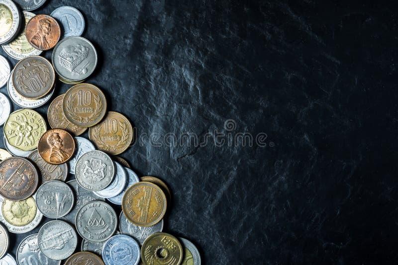 Internationale muntstukkenachtergrond op zwarte de bovenkanttextuur van de steenlijst, royalty-vrije stock fotografie