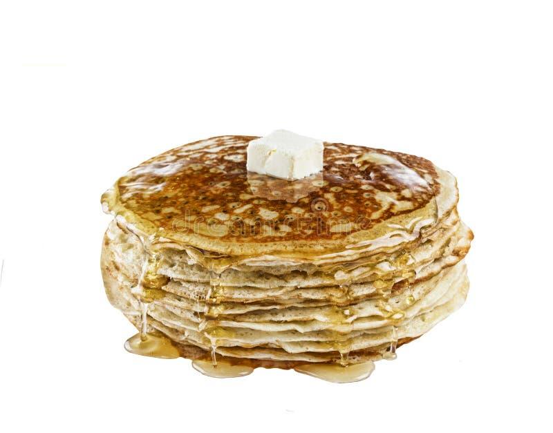 Internationale Pannekoekdag Stapel eigengemaakte die pannekoeken met honing, op witte achtergrond wordt geïsoleerd royalty-vrije stock afbeeldingen