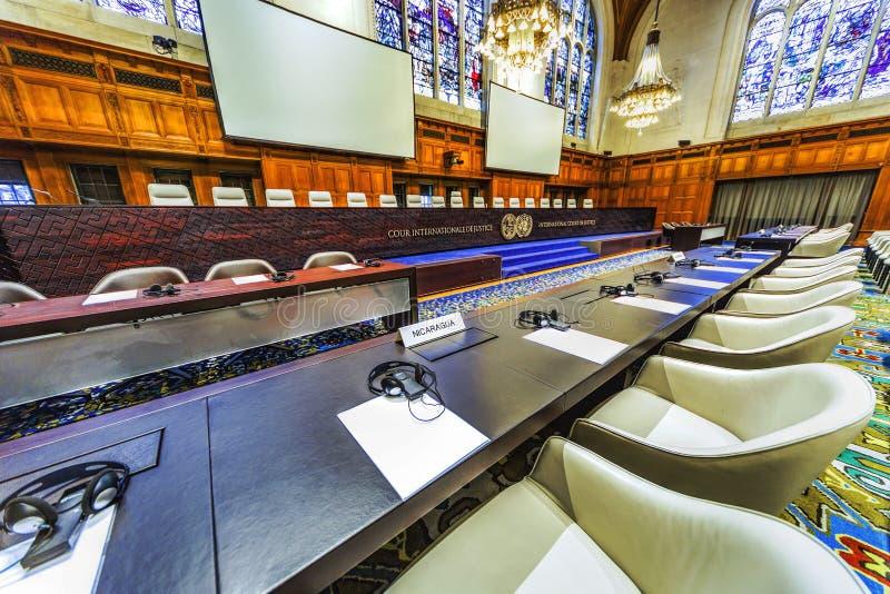 Internationale Rechtszaal en partijenstoelen royalty-vrije stock afbeelding
