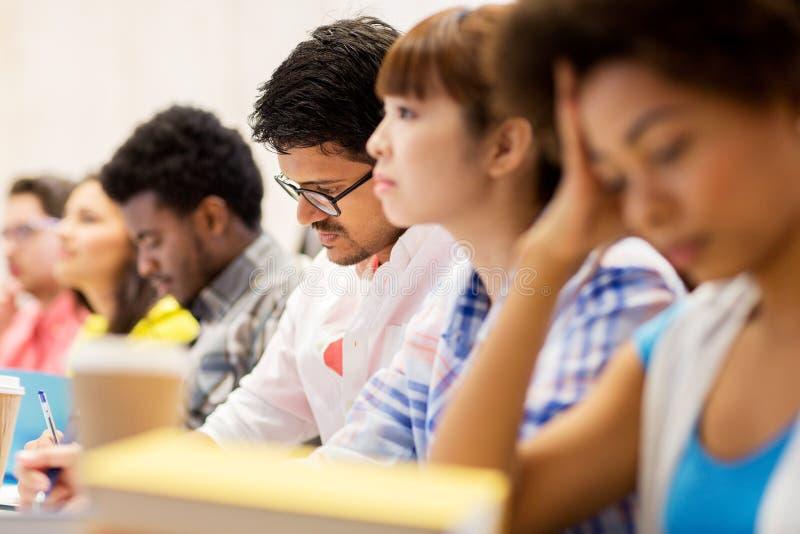 Internationale Studenten auf Vortrag stockbild
