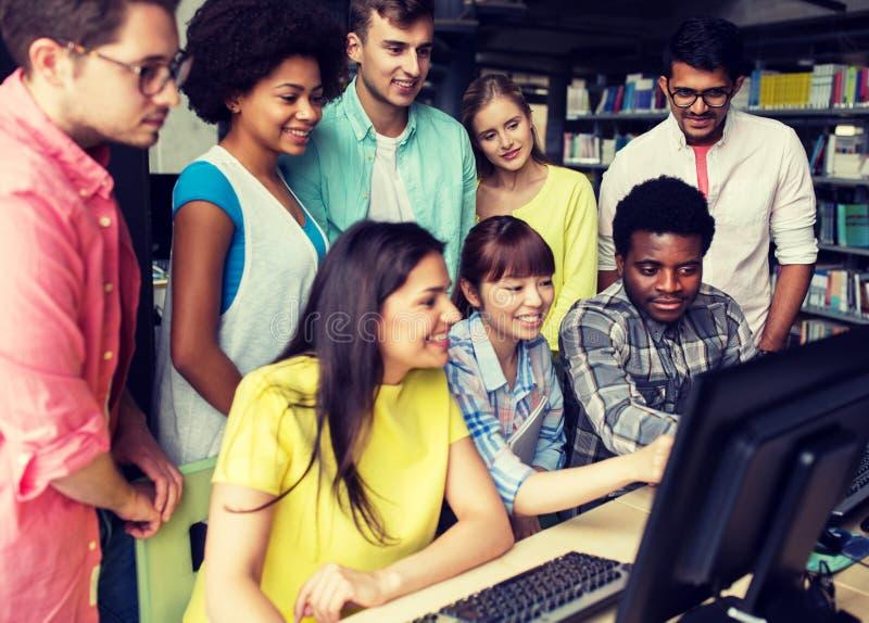 Internationale studenten met computers bij bibliotheek royalty-vrije stock fotografie