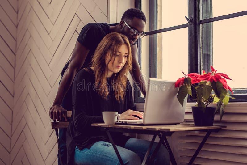 Internationale studenten met laptop stock afbeeldingen