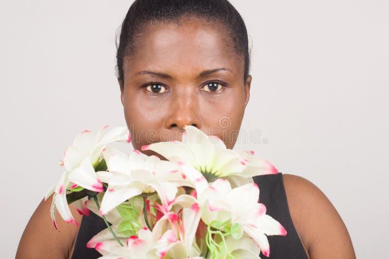 Internationale Vrouwen` s Dag, liefde, gift De gelukkige Bloemen van de Holding van de Vrouw stock afbeelding