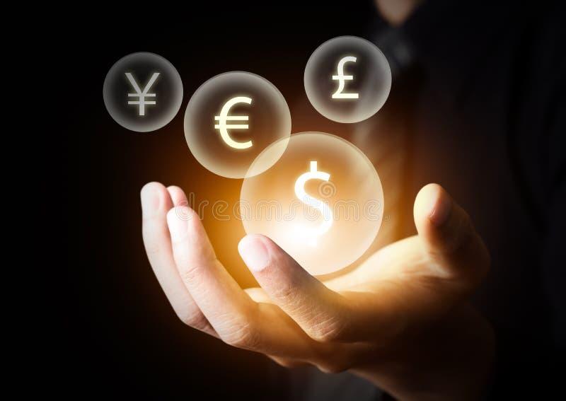 Internationale Währungen auf der Hand des Geschäftsmannes lizenzfreie stockfotografie