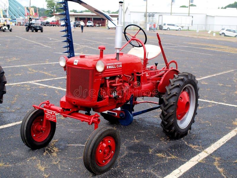 Internationaler Erntemaschine Farmall-Traktor lizenzfreie stockfotos