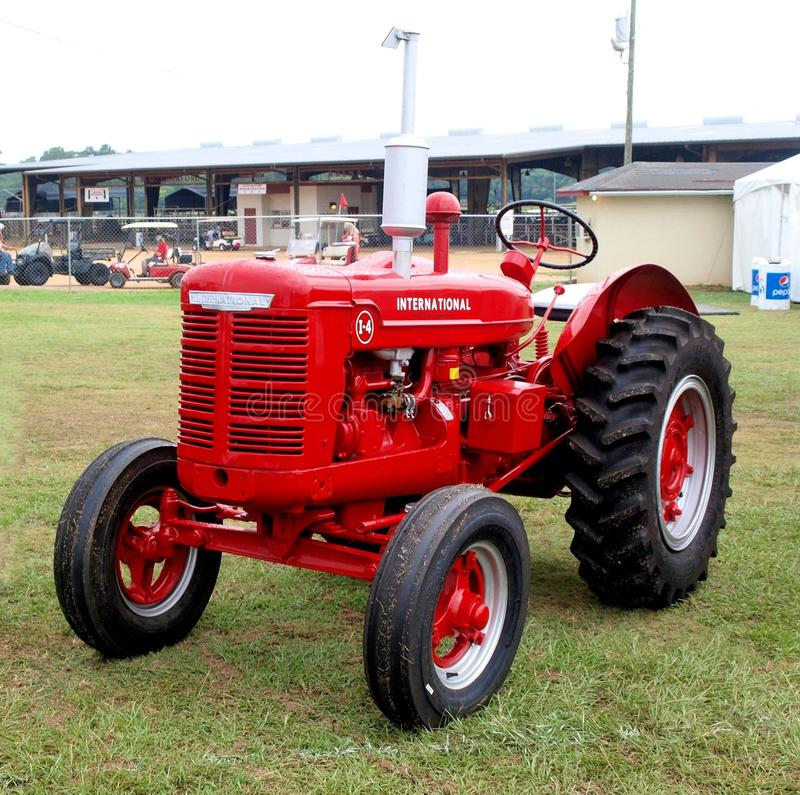 Internationaler Erntemaschinen-Traktor stockbild