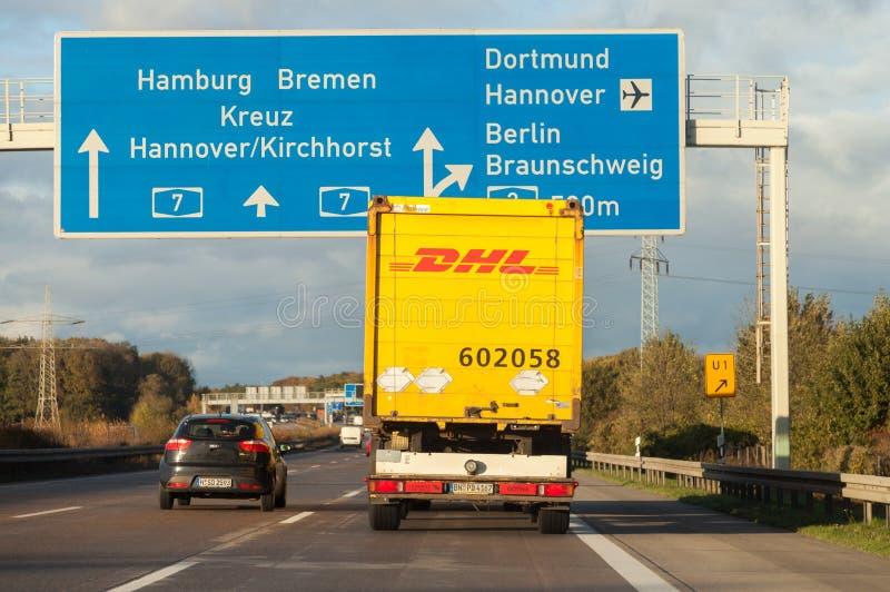 Internationaler Paketdienst DHL-LKW, Antriebe auf deutscher Autobahn stockfoto