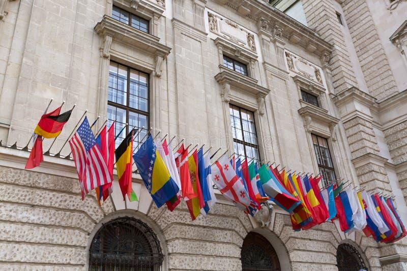 Internationaler Satz Flaggen an Hofburg-Palast in Wien, Österreich lizenzfreie stockbilder