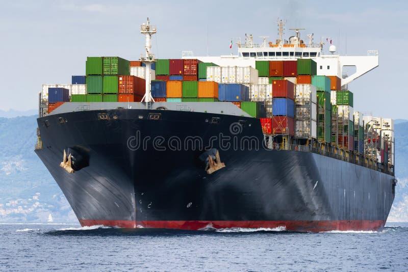 Internationales Behälter-Frachtschiff stockbilder