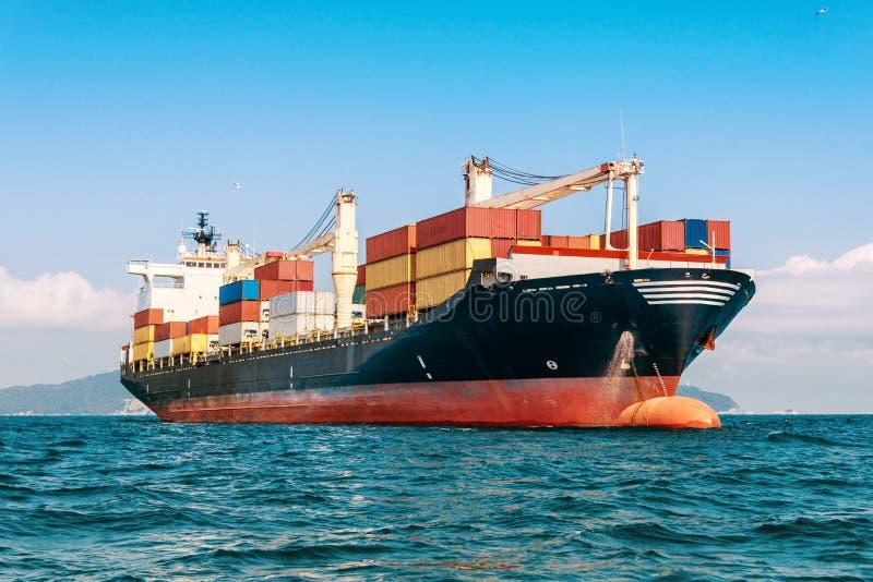 Internationales Behälter-Frachtschiff im Ozean, Fracht-Transport stockbild