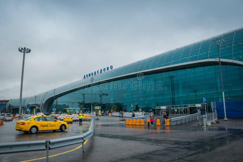Internationales Domodedovo-Flughafengebäude am Regnen des Tages in Moskau, Russland lizenzfreies stockfoto