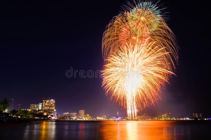 Internationales Feuerwerksfestival Pattayas am 30. November 2013 lizenzfreie stockbilder