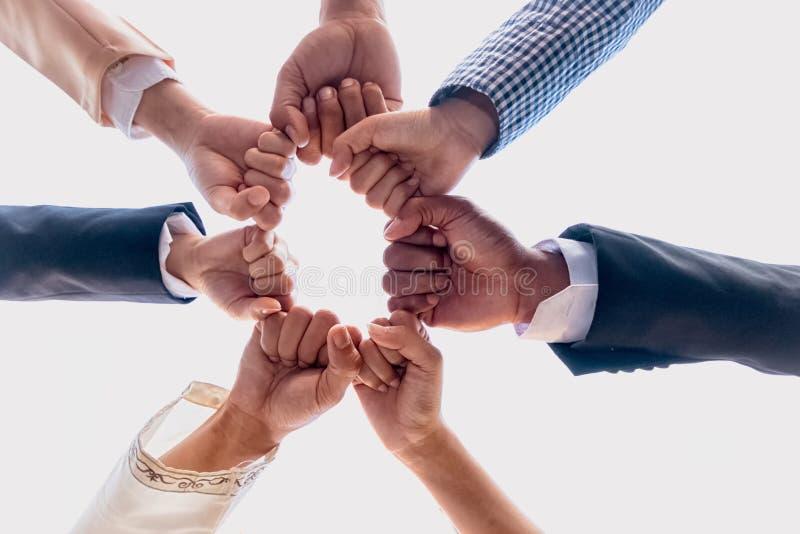Internationales Geschäftsteam, das Einheit zeigt lizenzfreies stockbild