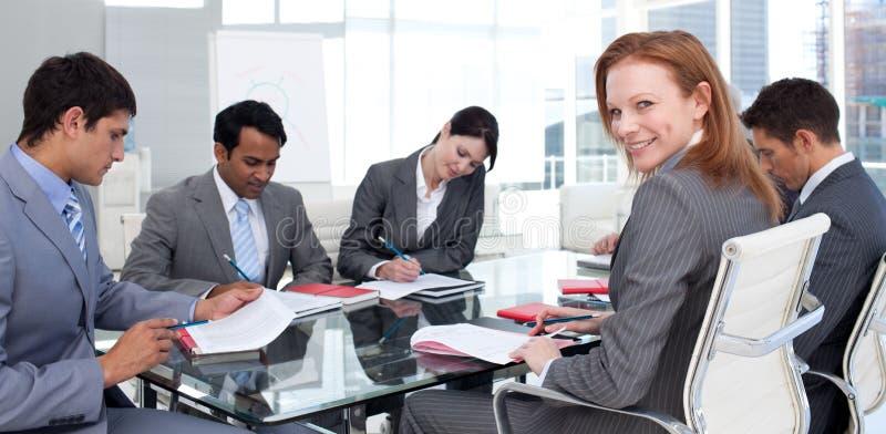 Internationales Geschäftsteam in einer Sitzung lizenzfreies stockfoto