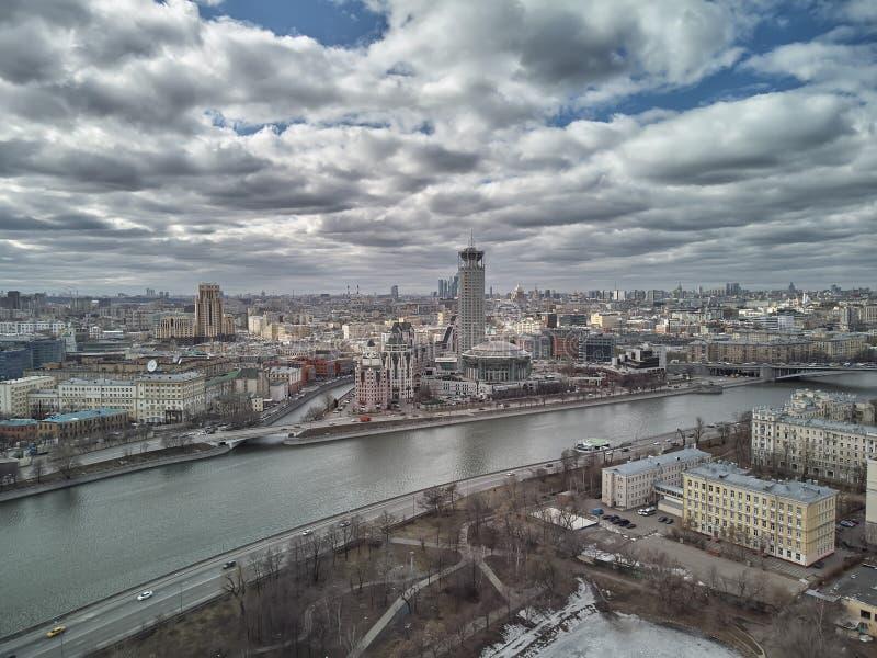 Internationales Haus Moskaus von Musik-K?nsten zentrieren Krasniye Kholmy Russisches nationales Orchester Schattenbild des kauern stockbilder