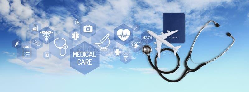 Internationales Medizintourismusversicherungskonzept, -stethoskop, -paß und -flugzeug, mit Ikonen und Symbolen lokalisiert auf We stockbild