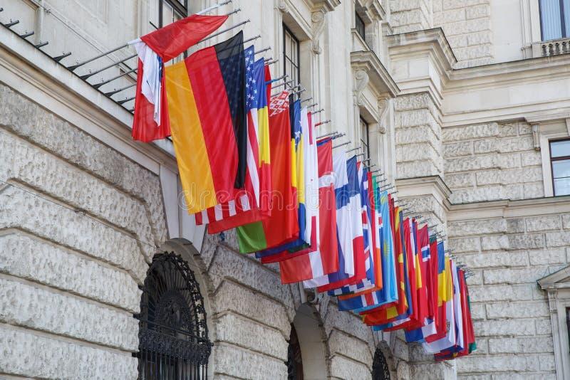 Internationalsatz Flaggen auf Hofburg-Palast wien lizenzfreie stockfotografie