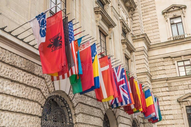 Internationalsatz Flaggen am Hofburg-Palast in Wien, Aust stockbild