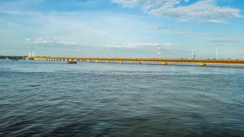 Internationell bro som förenar Argentina med Paraguay royaltyfria foton
