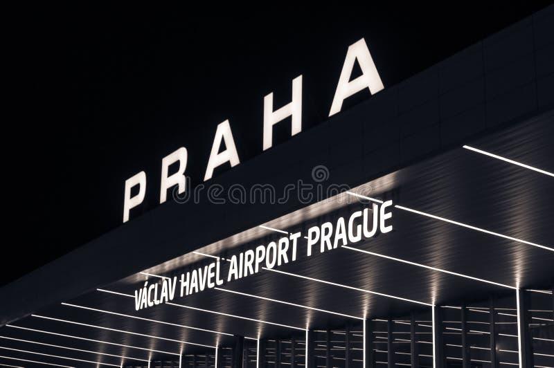Internationell flygplats för nattsikt i Prague, Tjeckien royaltyfri fotografi