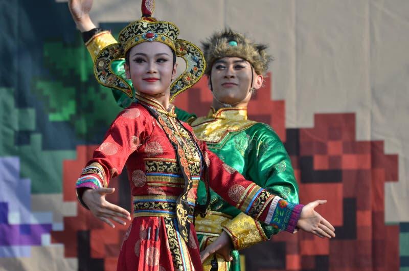Internationell folklorefestival: Kinesiska konstnärer i traditionella dräkter royaltyfri foto