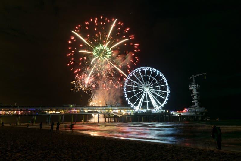 Internationell fyrverkerifestivalstrand på stranden av Scheveningen, Nederländerna royaltyfria foton