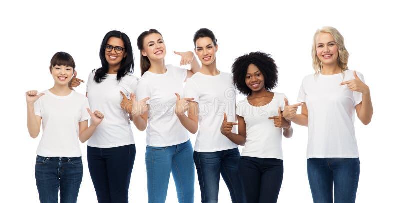 Internationell grupp av kvinnor i vita t-skjortor royaltyfri foto
