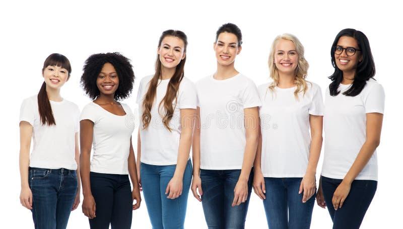 Internationell grupp av kvinnor i vita t-skjortor royaltyfri bild
