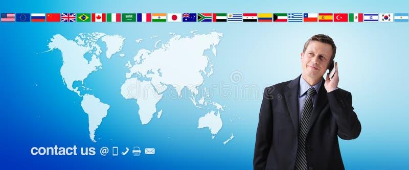 Internationell kontakt oss begrepp, affärsman med mobiltelefonen som isoleras på världskartabakgrund, flaggasymboler och kontakts arkivbilder