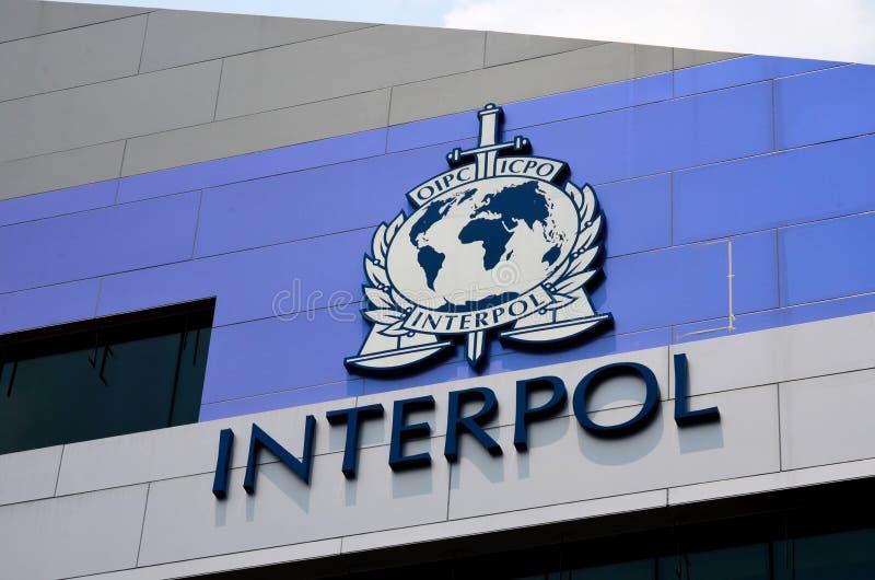 Internationell polisINTERPOLtecken och logo på byggande av Singapore royaltyfria bilder