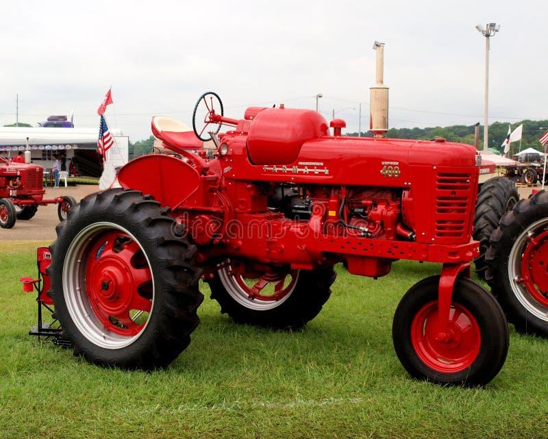 Internationell skördearbetareFarmall traktor arkivbilder