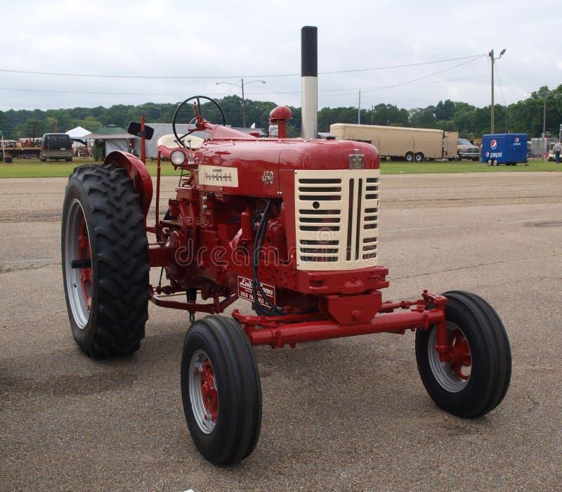 Internationell skördearbetareFarmall traktor royaltyfria foton