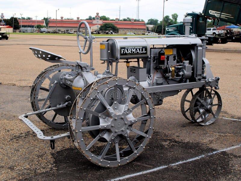 Internationell skördearbetareFarmall traktor arkivbild