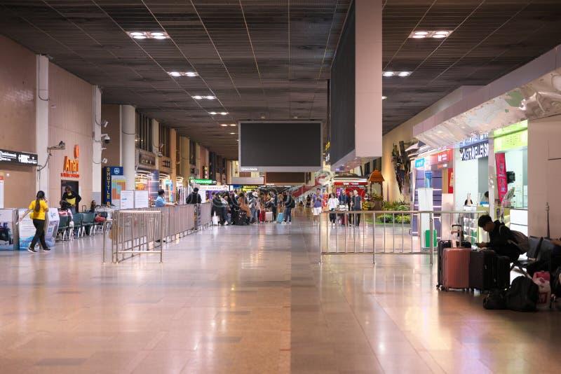 Internationell terminal för ankomst till Don Mueang Internationals flygplats vid midnatt i Bangk arkivbilder