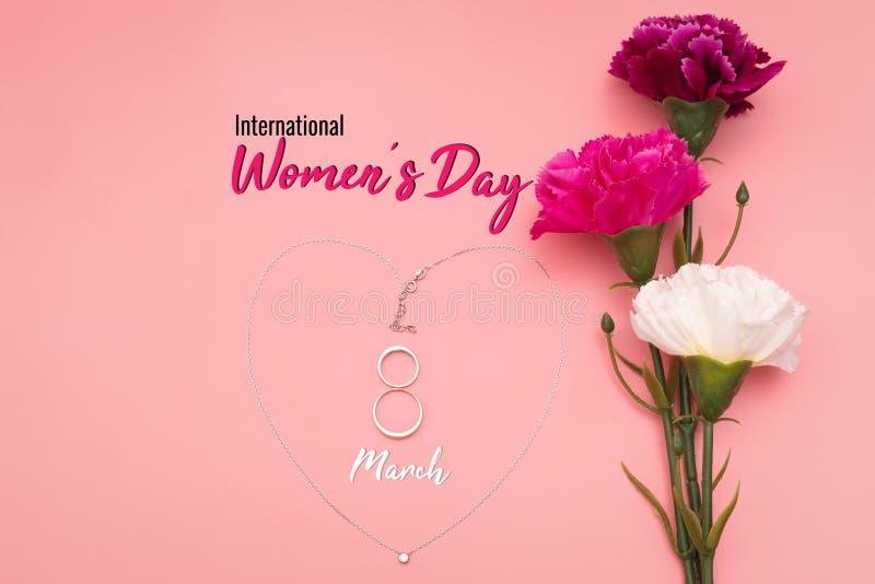 Internationell Women's dag med blommor och hjärtaformhalsbandet på rosa bakgrund royaltyfri fotografi
