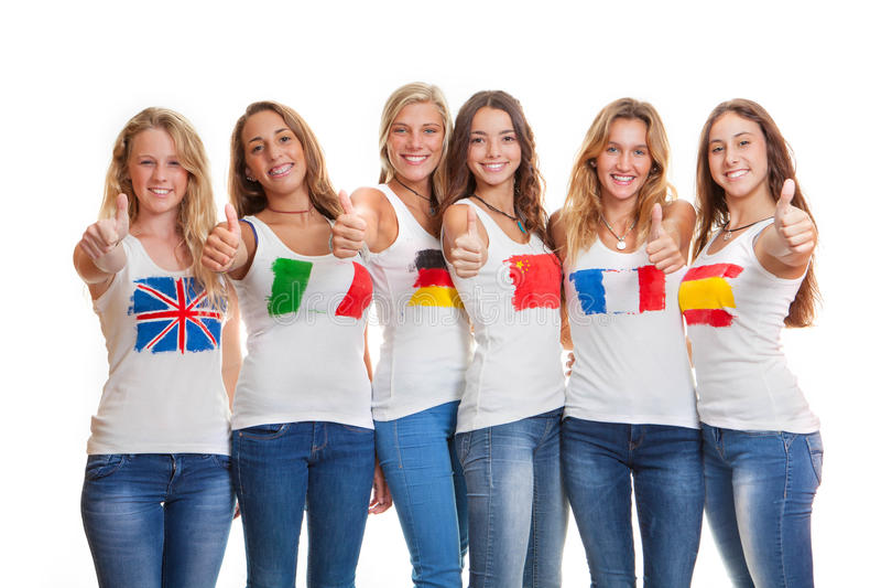Internationella flickor med flaggor på t-skjortor arkivbild