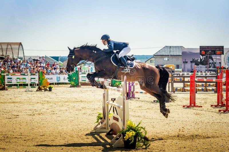 Internationella hästbanhoppningkonkurrenser, Ryssland, Ekaterinburg, 28 07 2018 fotografering för bildbyråer