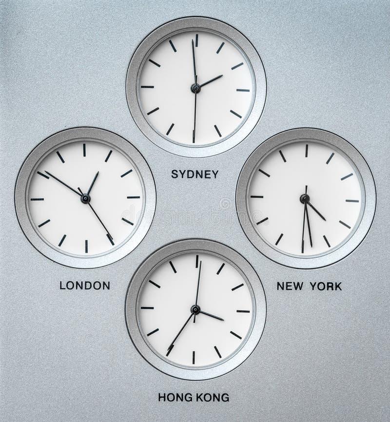 Internationella klockor med 4 olika tidszoner arkivfoto