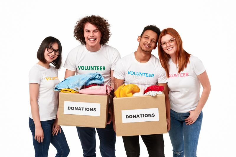 Internationella volontärer med donationer arkivfoton