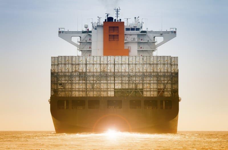 Internationellt behållarelastfartyg för logistiskt importexportbegrepp royaltyfri foto