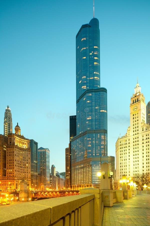 Internationellt hotell för trumf och torn och i stadens centrum stadshorisont på natten i Chicago royaltyfria bilder