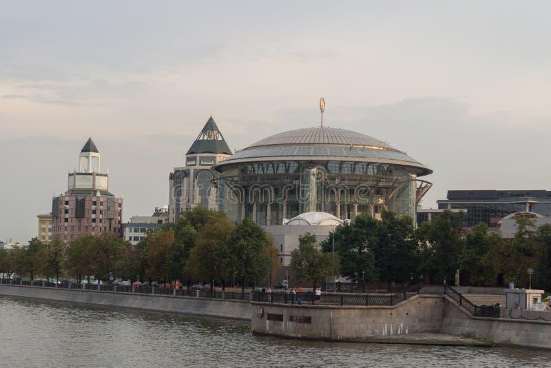Internationellt hus för Moskva av musik som beskådas från floden royaltyfri bild