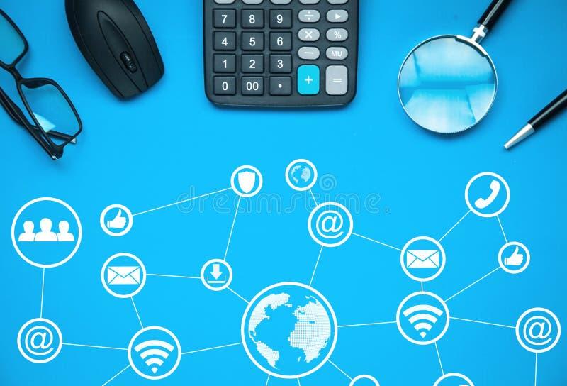 Internationellt nätverk och socialt massmedia Teknologi och affärsidé royaltyfria bilder