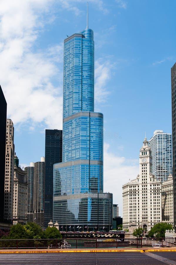 Internationellt torn för trumf och andra byggnader i Chicago royaltyfria foton
