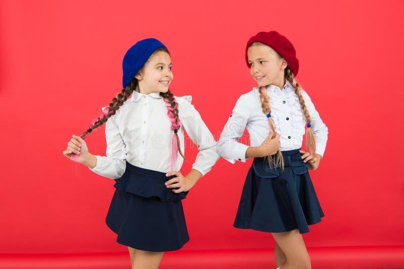 Internationellt utbytesskolaprogram Skolav?nner små flickor i fransk basker Utbildning utomlands Kamratskap och royaltyfria bilder