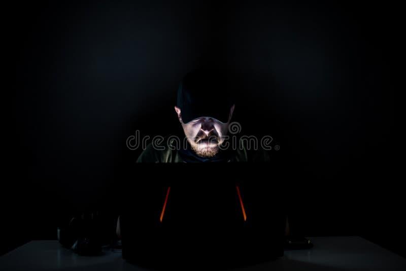 Internauta arrabbiato nello scuro immagine stock libera da diritti